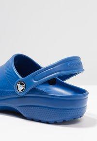 Crocs - CLASSIC - Sandały kąpielowe - blue jeans - 5