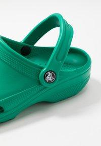 Crocs - CLASSIC - Sandały kąpielowe - deep green - 5
