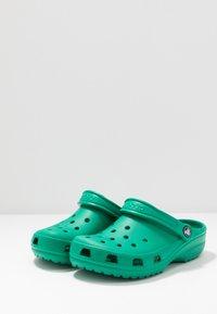 Crocs - CLASSIC - Sandały kąpielowe - deep green - 2