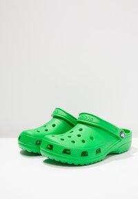 Crocs - CLASSIC UNISEX - Sandały kąpielowe - grass green - 2