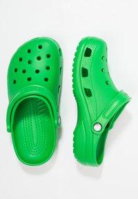 Crocs - CLASSIC UNISEX - Sandały kąpielowe - grass green - 1