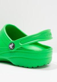 Crocs - CLASSIC UNISEX - Sandały kąpielowe - grass green - 5