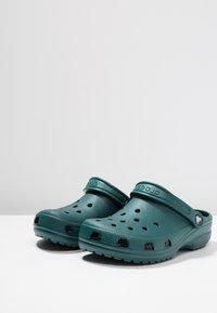Crocs - CLASSIC - Sandały kąpielowe - evergreen - 2