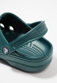 Crocs - CLASSIC - Sandały kąpielowe - evergreen - 5
