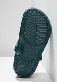 Crocs - CLASSIC - Sandały kąpielowe - evergreen - 4