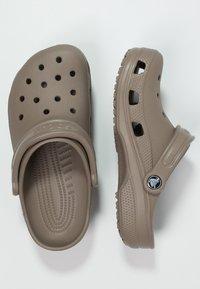 Crocs - CLASSIC - Zuecos - khaki - 1