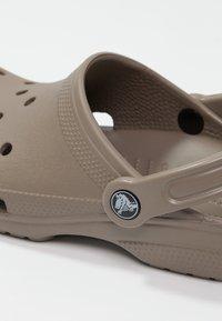 Crocs - CLASSIC - Zuecos - khaki - 5