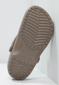 Crocs - CLASSIC - Zuecos - khaki - 4