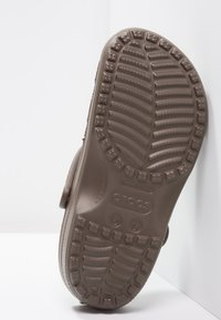 Crocs - CLASSIC - Clogs - chocolate - 4