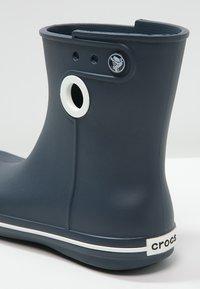 Crocs - JAUNT - Botas de agua - navy - 5