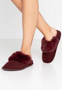 Crocs - CLASSIC LUXE SLIPPER  - Domácí obuv - burgundy - 0
