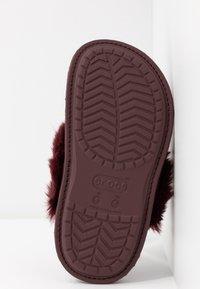 Crocs - CLASSIC LUXE SLIPPER  - Domácí obuv - burgundy - 6