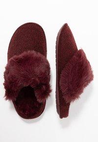 Crocs - CLASSIC LUXE SLIPPER  - Domácí obuv - burgundy - 3