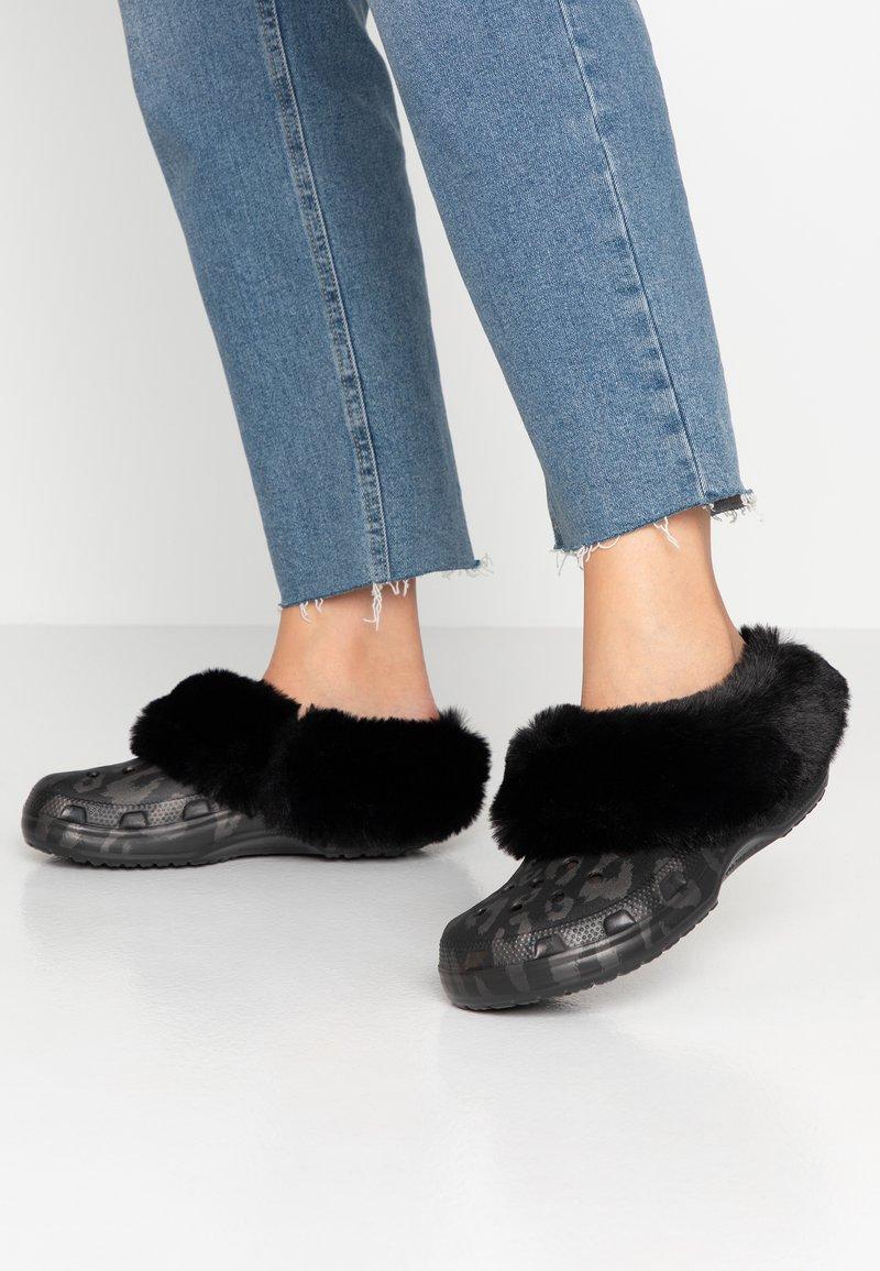 Crocs - CLASSIC MAMMOTH LUXEMETALLIC  - Domácí obuv - black