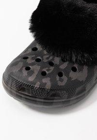 Crocs - CLASSIC MAMMOTH LUXEMETALLIC  - Domácí obuv - black - 2