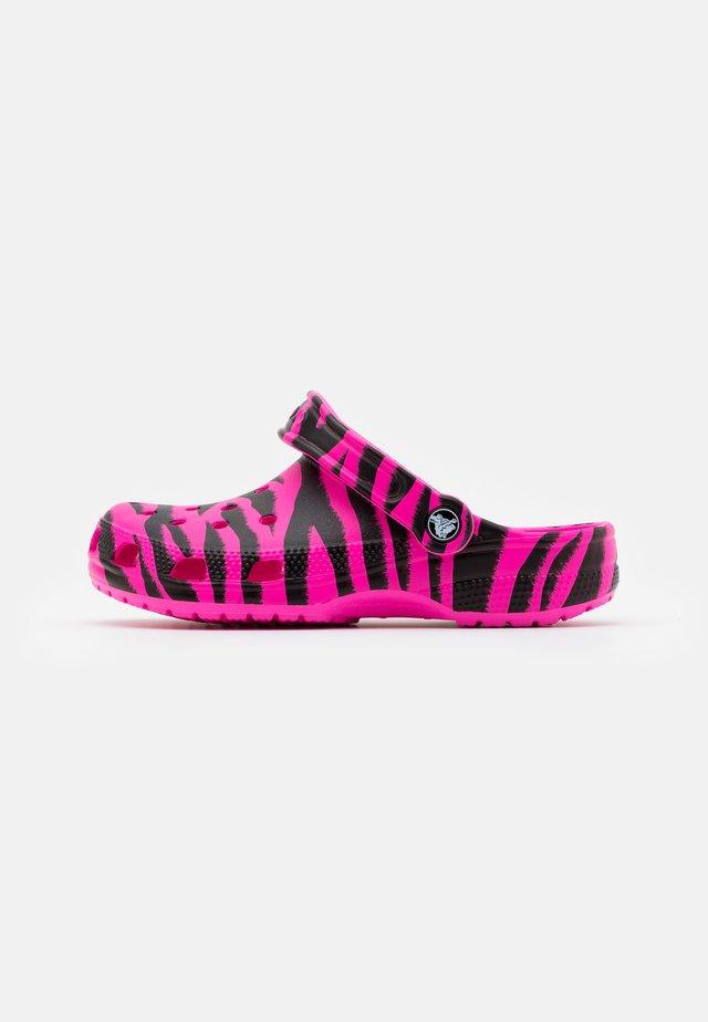 CLASSIC ANIMAL PRINT  - Mules - electric pink/black
