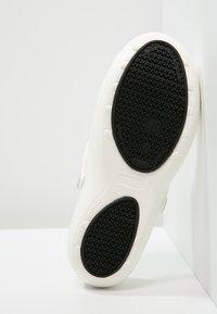 Crocs - MERCY WORK - Pantuflas - white - 4