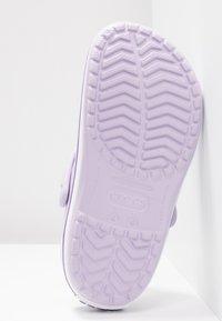 Crocs - CROCBAND - Pantofle - lavender/purple - 6