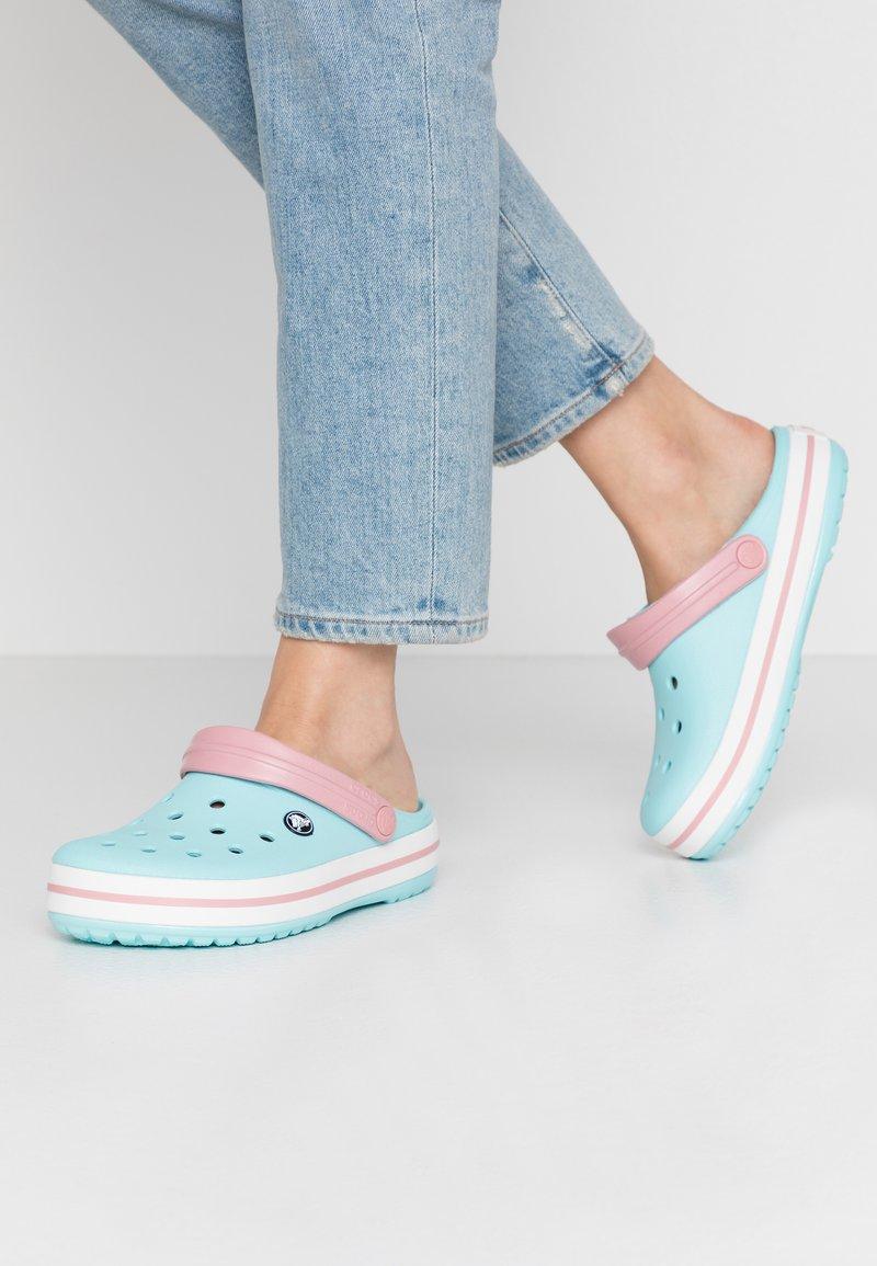 Crocs - CROCBAND - Klapki - ice blue
