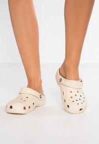 Crocs - CLASSIC - Muiltjes - winter white - 0