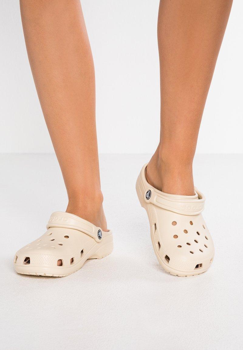 Crocs - CLASSIC - Muiltjes - winter white