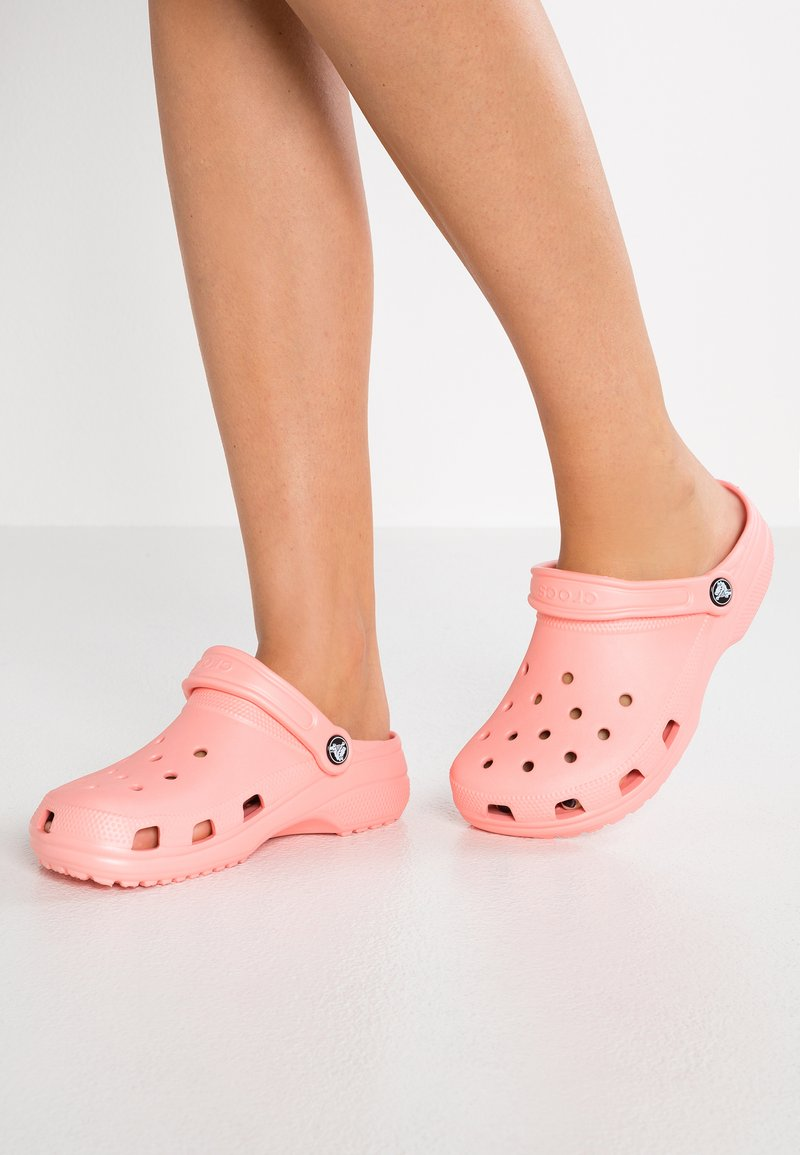 Crocs - CLASSIC - Muiltjes - melon