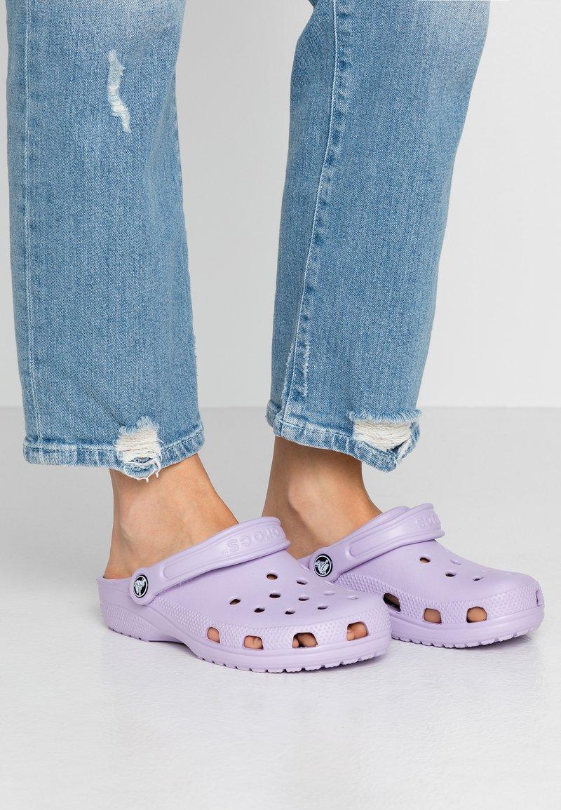 Crocs - CLASSIC - Pantoffels - lavender