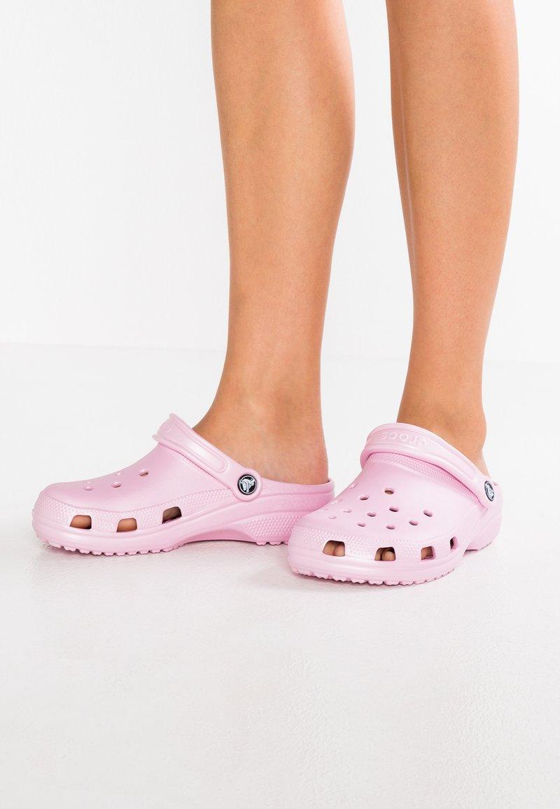 Crocs - CLASSIC - Sandalias planas - ballerina pink