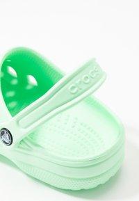 Crocs - CLASSIC - Chaussons - neo mint - 2