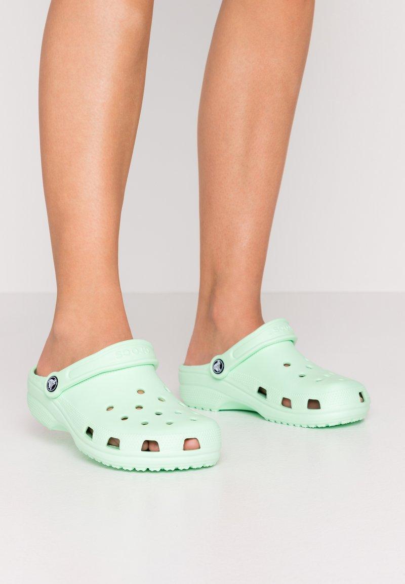 Crocs - CLASSIC - Klapki - neo mint