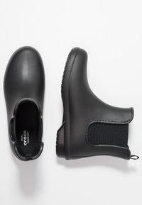 Crocs - FREESAIL CHELSEA - Kumisaappaat - black - 1