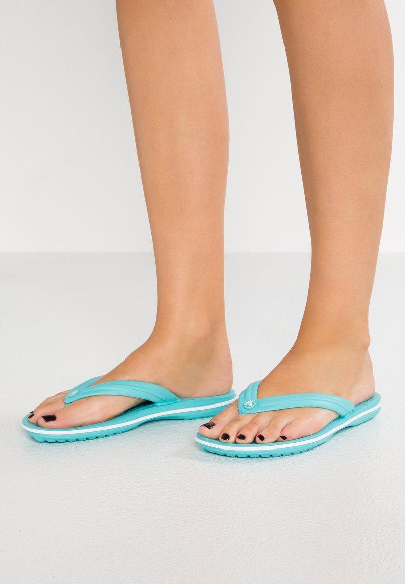 Crocs - CROCBAND FLIP - Bade-Zehentrenner - pool/white