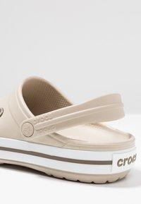 Crocs - CROCBAND - Dřeváky - cobblestone/walnut - 5