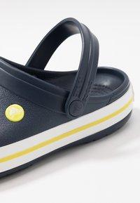 Crocs - CROCBAND - Dřeváky - navy/citrus - 5