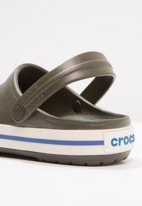 Crocs - CROCBAND - Zuecos - dark green - 5