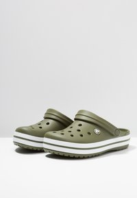 Crocs - CROCBAND - Zuecos - army green/white - 2