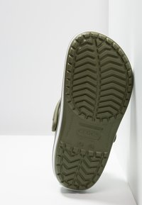 Crocs - CROCBAND - Zuecos - army green/white - 4