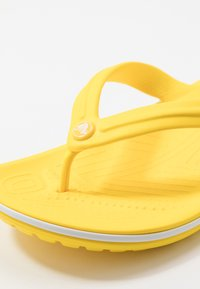 Crocs - CROCBAND FLIP - Chanclas de dedo - lemon/white - 2
