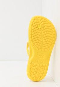 Crocs - CROCBAND FLIP - Chanclas de dedo - lemon/white - 5