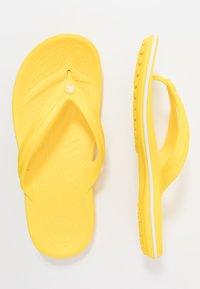 Crocs - CROCBAND FLIP - Chanclas de dedo - lemon/white - 0