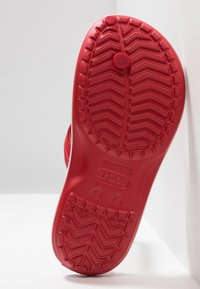 Crocs - CROCBAND FLIP - Chanclas de dedo - pepper/white - 4