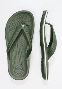 Crocs - CROCBAND FLIP - Chanclas de dedo - dunkelgrün - 1