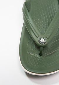 Crocs - CROCBAND FLIP - Chanclas de dedo - dunkelgrün - 5