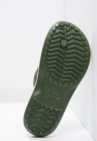 Crocs - CROCBAND FLIP - Chanclas de dedo - dunkelgrün - 4