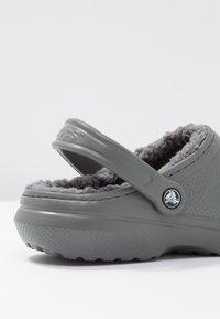 Crocs - CLASSIC LINED ROOMY FIT - Zuecos - slate grey/smoke - 5
