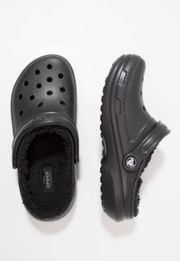Crocs - CLASSIC LINED ROOMY FIT - Zuecos - black - 1