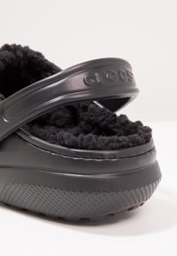 Crocs - CLASSIC LINED ROOMY FIT - Zuecos - black - 5