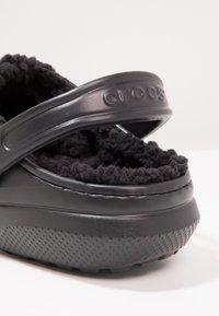 Crocs - CLASSIC LINED ROOMY FIT - Zoccoli - black - 5