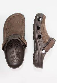 Crocs - YUKON VISTA - Sandály do bazénu - espresso - 1