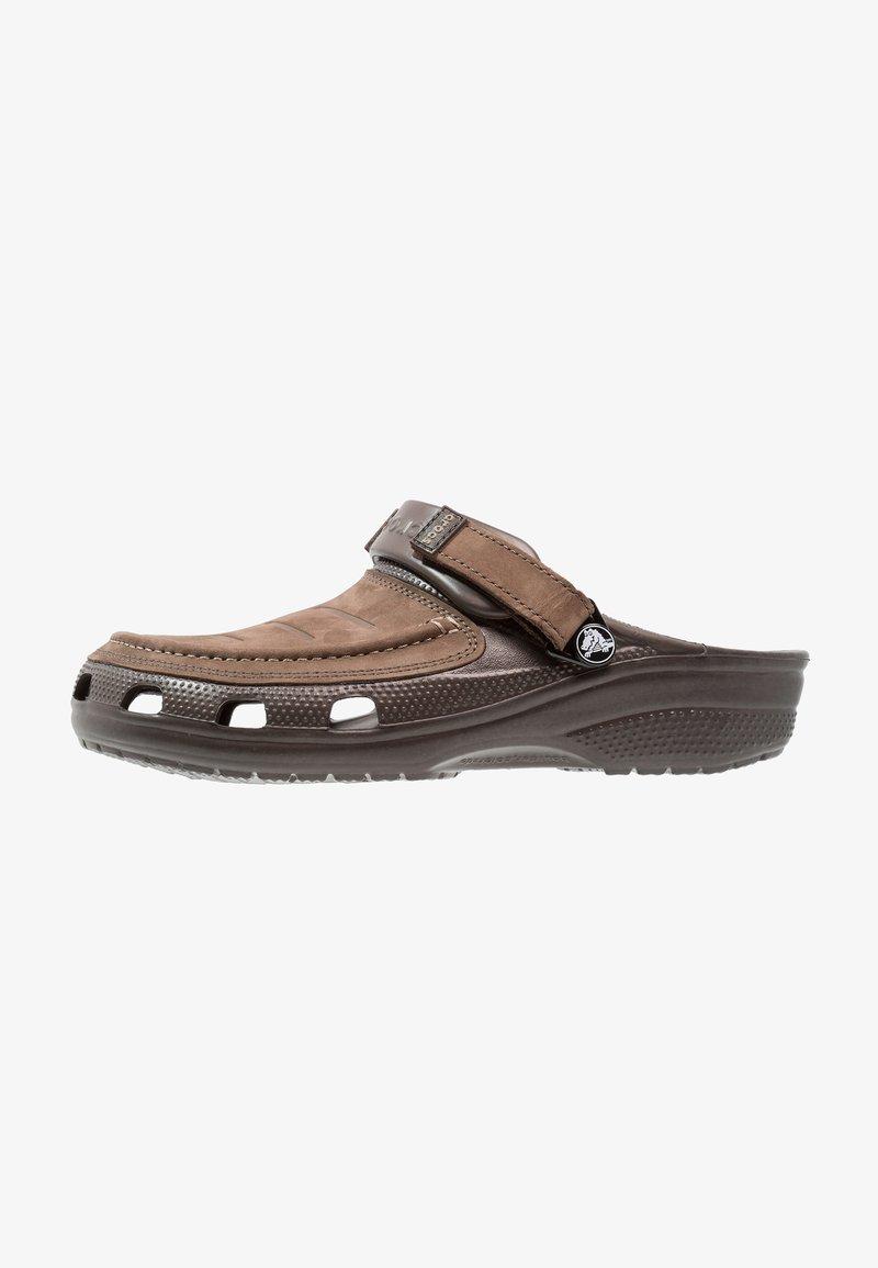 Crocs - YUKON VISTA - Sandály do bazénu - espresso